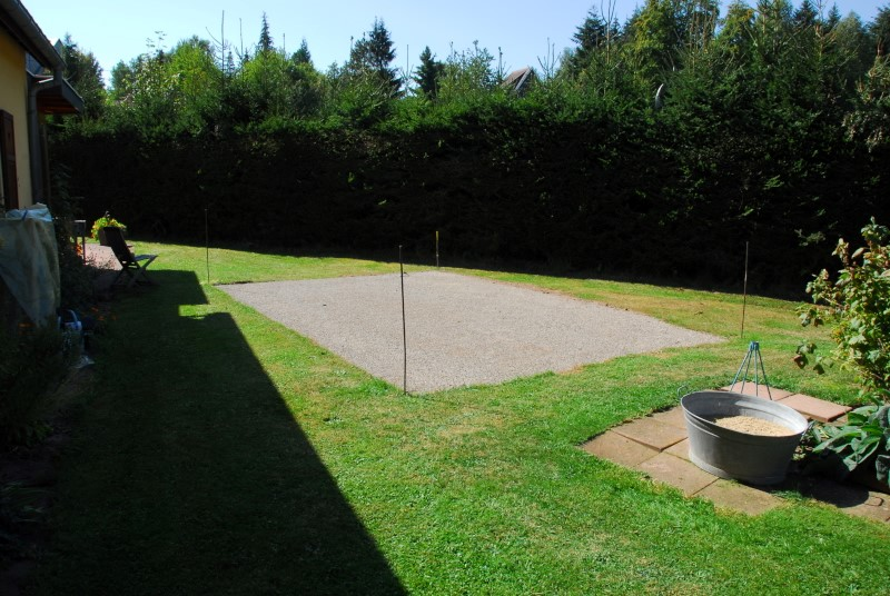 Terrain délimité, nivelé et tassé avec gravier fin.