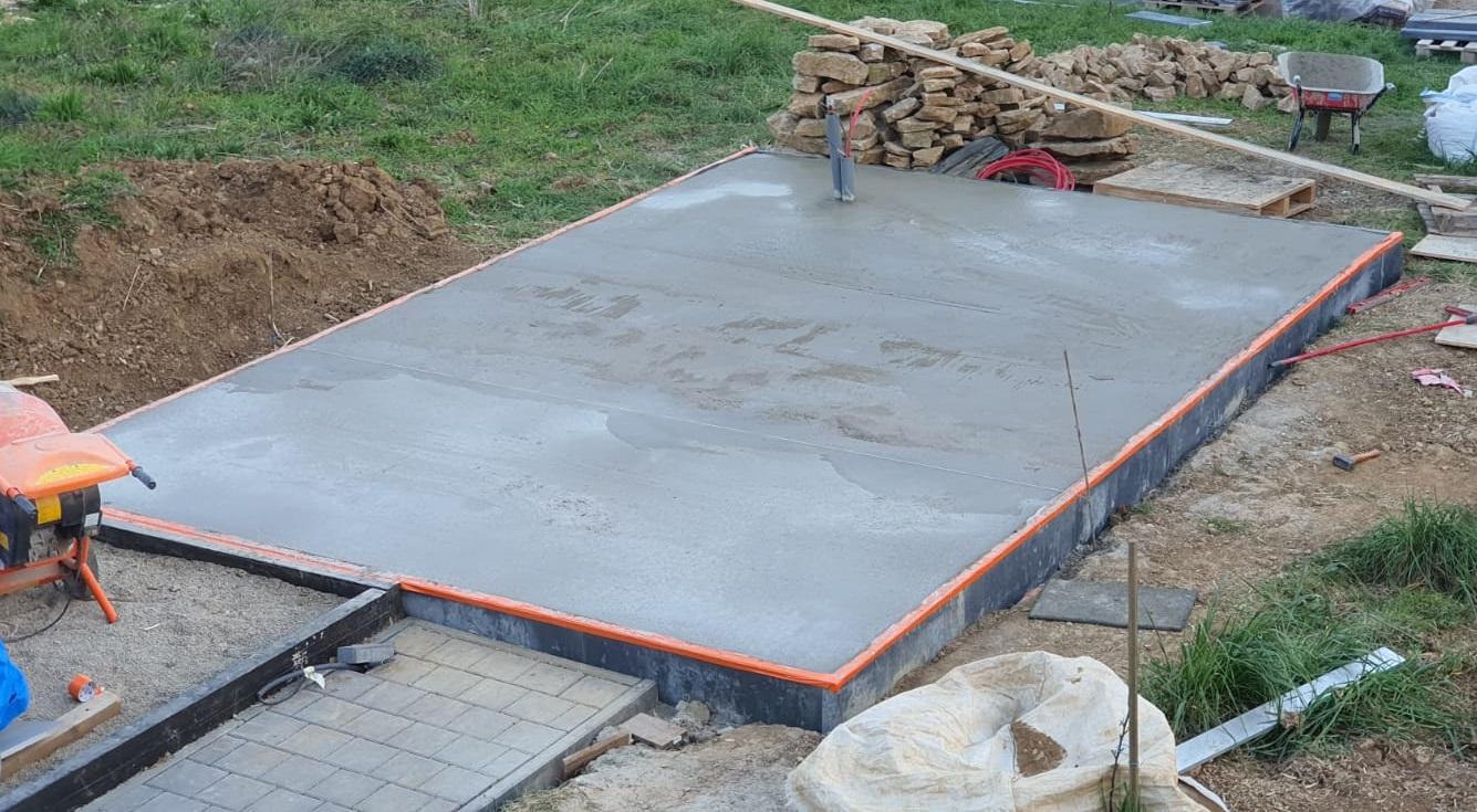 Dalle de béton pleine (épaisseur minimum 10cm avec armature métallique soit environ 4m3 de béton)